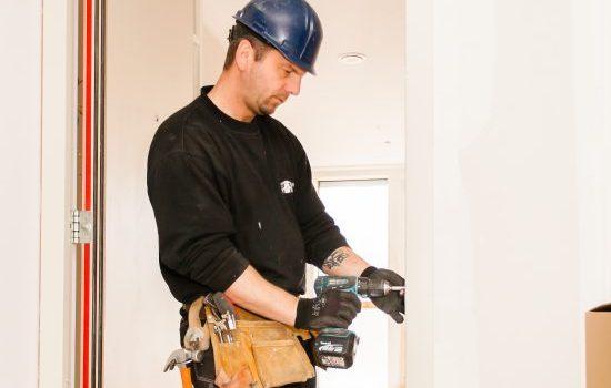 Inmeten en afhangen: afhangen van de deur
